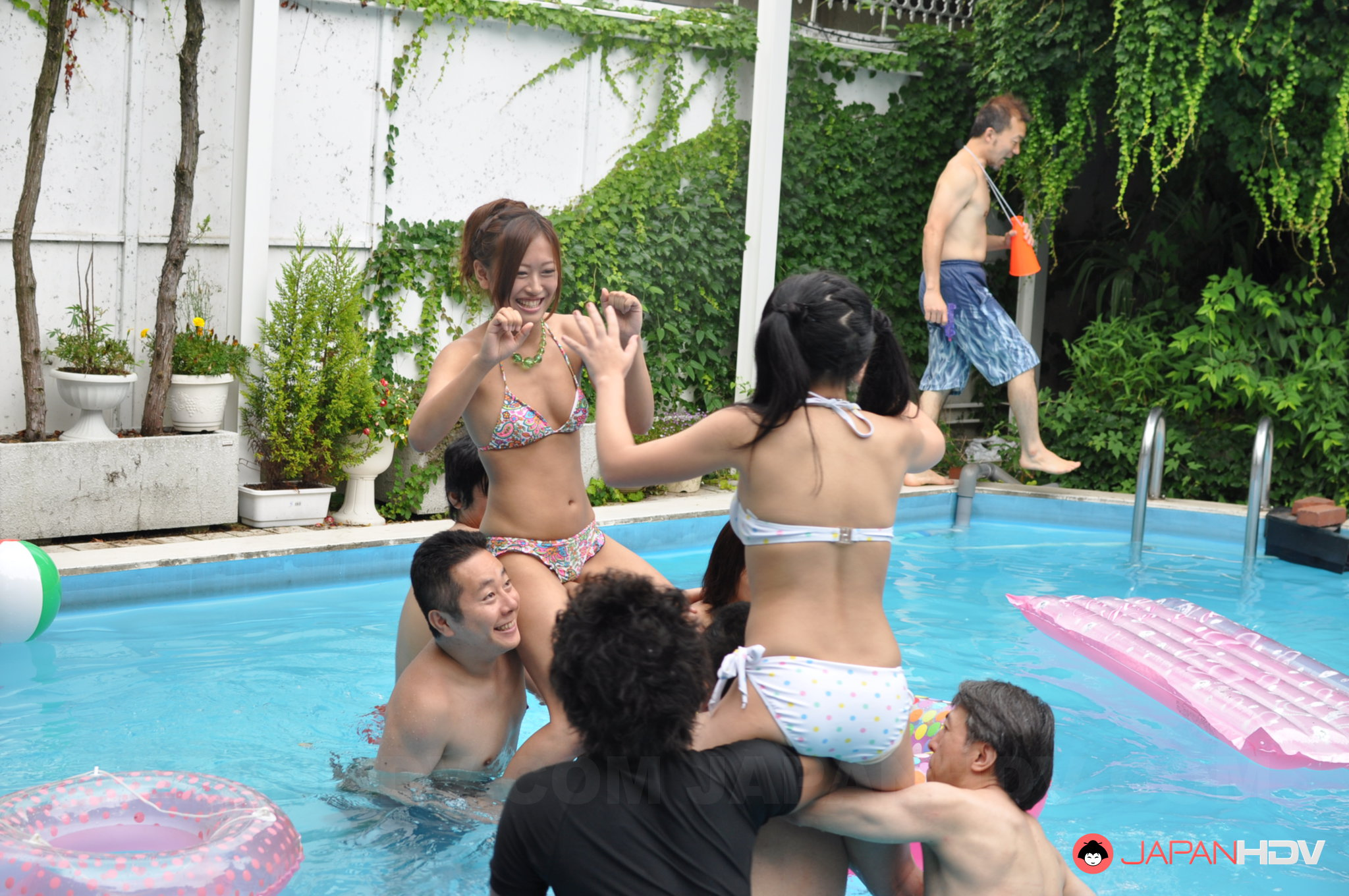 female-swimmers-showing-pussy